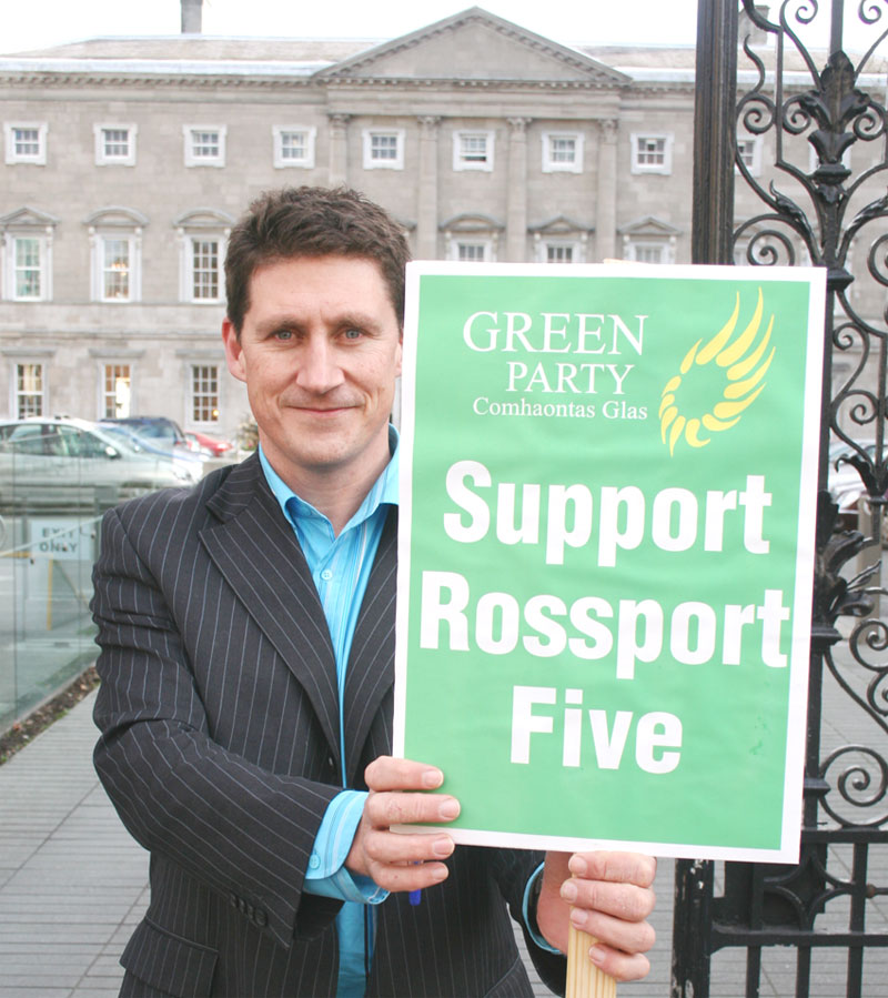 Green Partuy Leader Eamonn Ryan with Rossport solidarity sign outside Dail - Photo William Hederman indymedia.ie